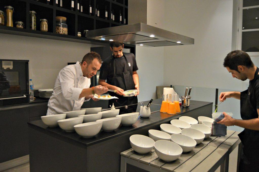 El chef Tomeu Martí y su equipo, preparando la cena en la cocina de Puro Hotel