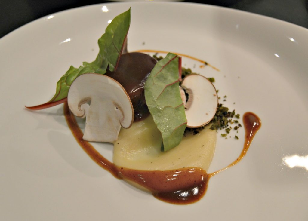 Cordero, chirivías y migas thai; el plato de carne que preparó el chef Tomeu Martí
