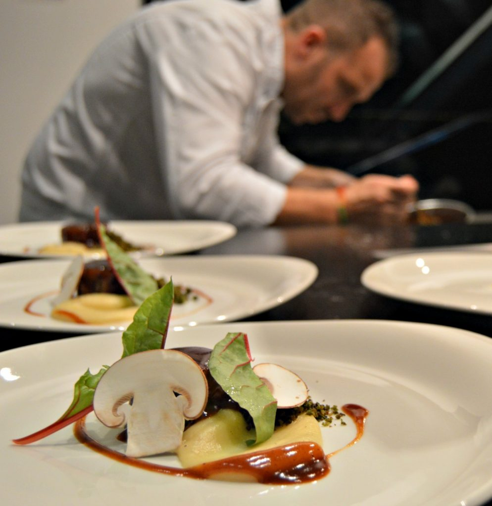 El chef Tomeu Martí rematando un plato para los comensales del Hidden Kitchen