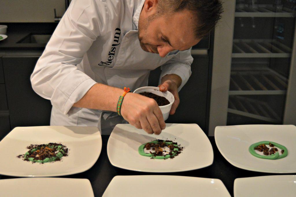 El chef Tomeu Martí da los últimos toques al postre que preparó para el Hidden Kitchen: Chocolates y té verde