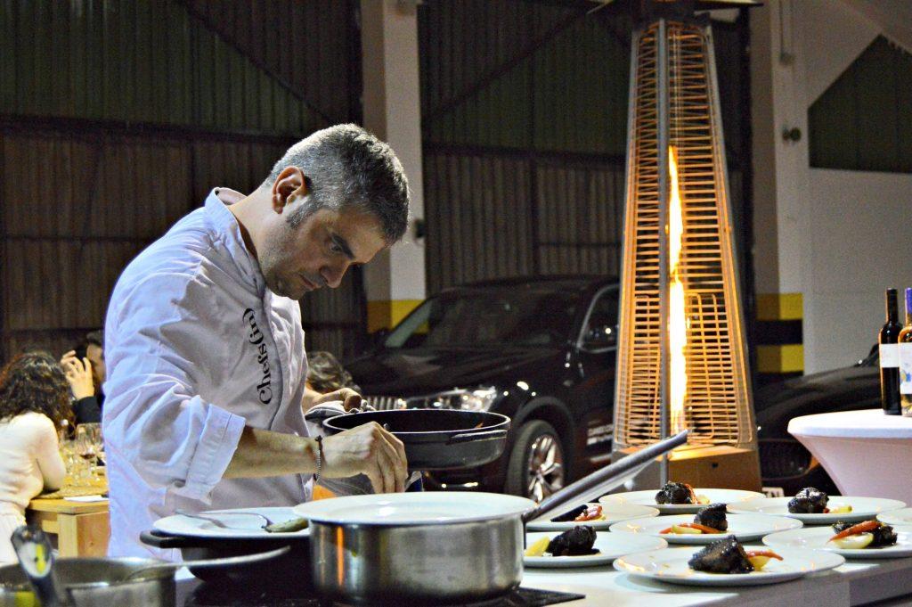 Miquel Sánchez cocinó en directo y a la vista de los participantes en el evento