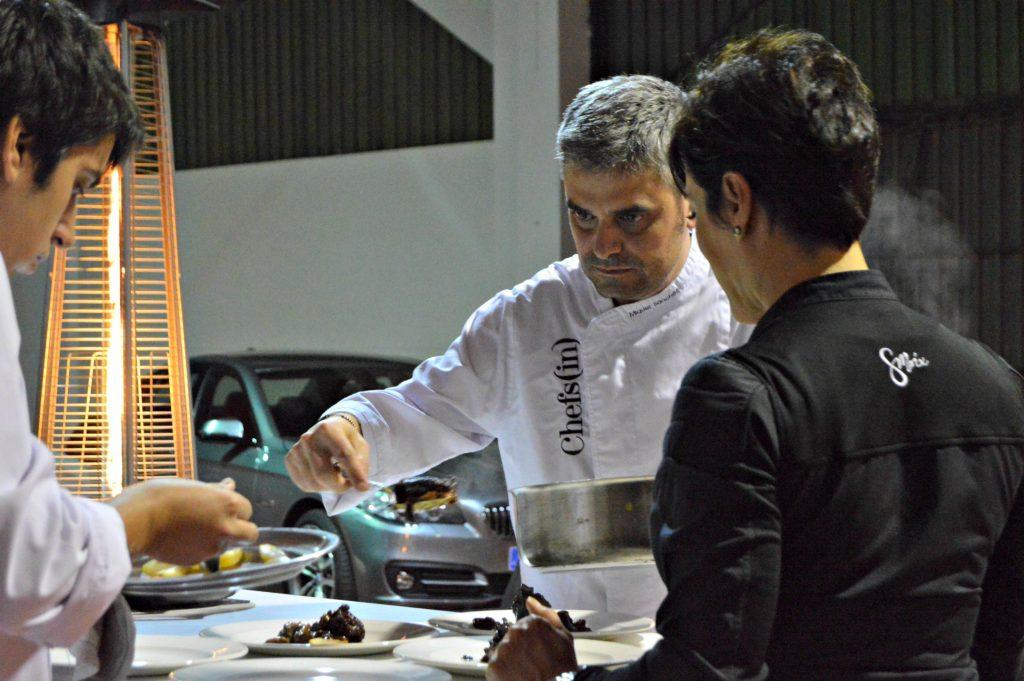 Miquel Sánchez y Vianey dando los últimos toques a uno de los platos del menú