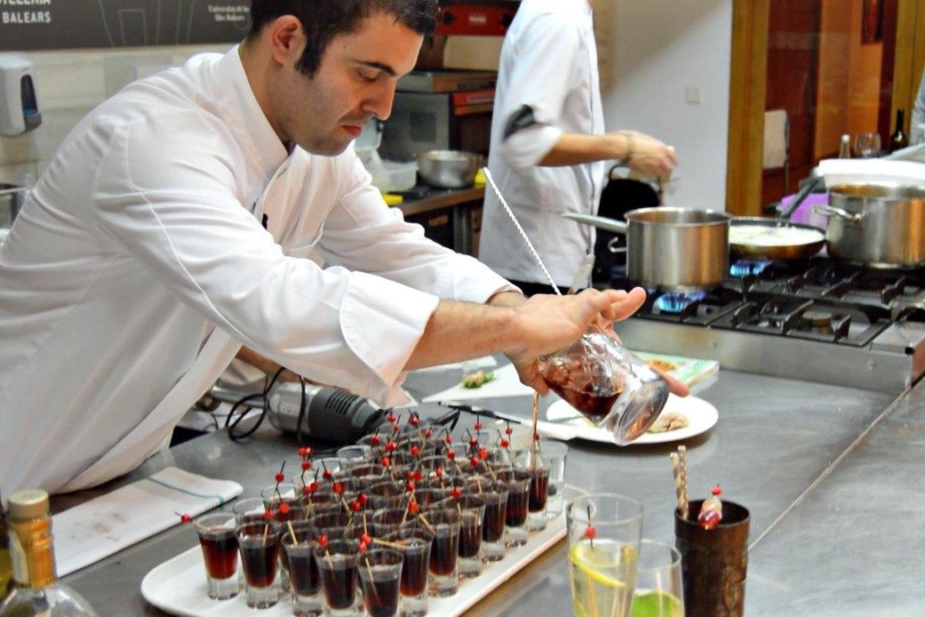 El coctelero Joan Canals en el curso de cocina #a4manos Fingerfood
