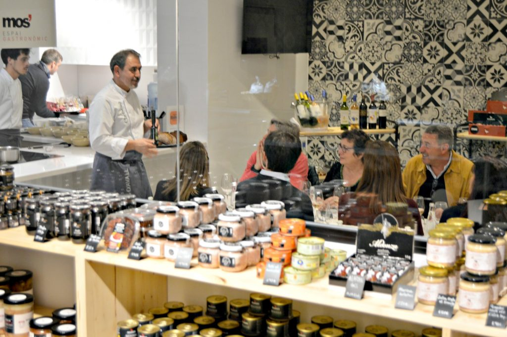 Benet Vicens con los comensales del Hidden Kitchen