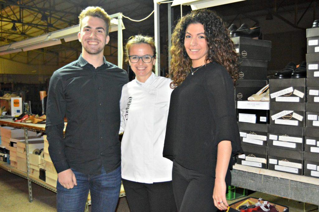 Marga Coll con los ganadores del sorteo de Baleària