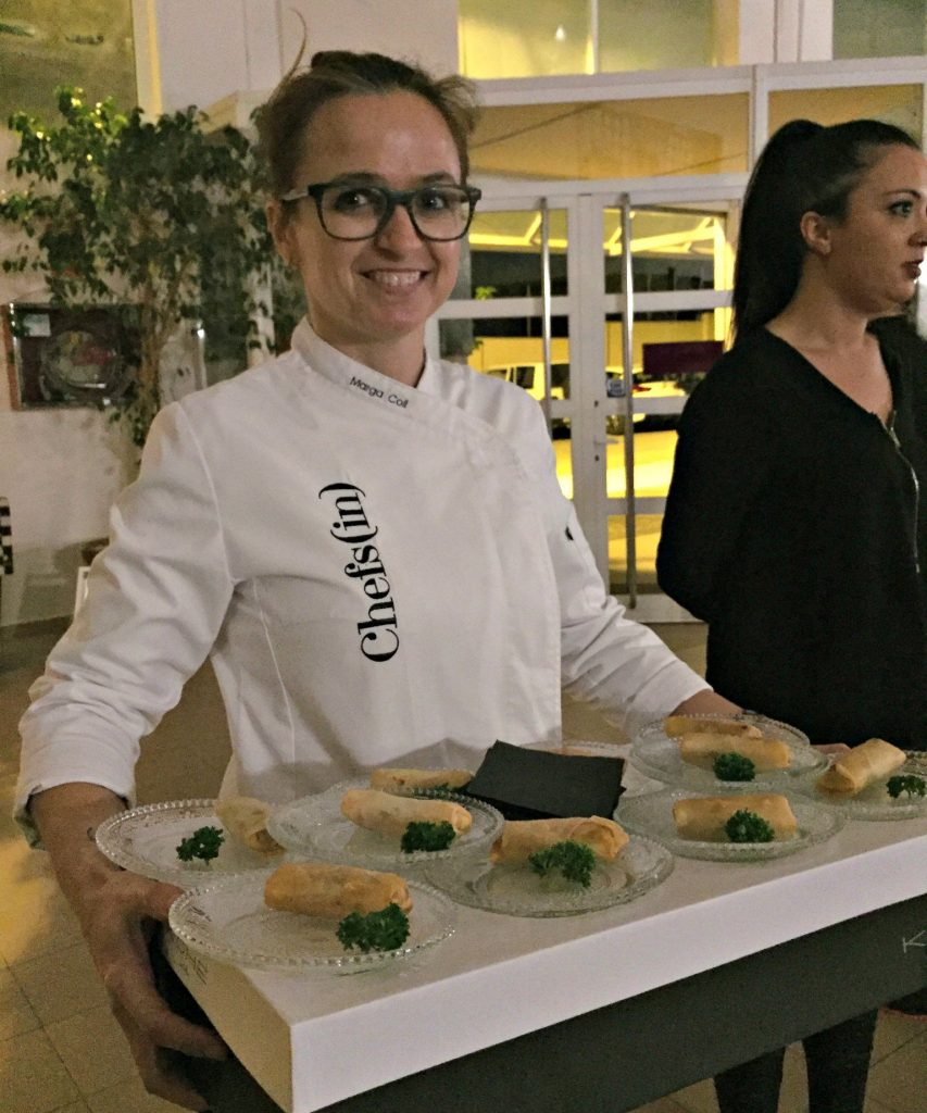 La chef Marga Coll a punto de servir los rollitos de salmonetes a la mallorquina