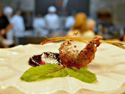Buñuelo de sardina con miel y mermelada de remolacha