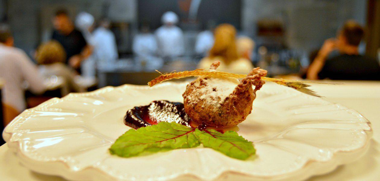 Buñuelo de sardina con miel y mermelada de remolacha, por Sílvia Anglada (Es Tast de na Sílvia)