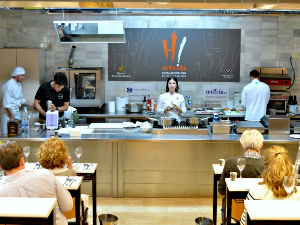 Marta Rosselló (Sal de Cocó) en un momento de un curso de cocina #a4manos de Chefsin