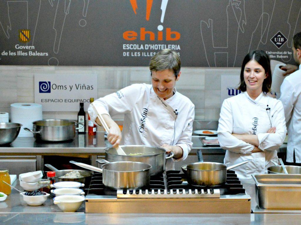 Sílvia Anglada (Es Tast de na Sílvia) y Marta Rosselló (Sal de Cocó) durante el curso de cocina #a4manos de Chefsin