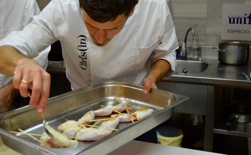 chef cocinando calameres gratinados