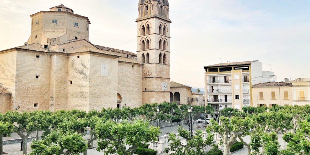 Peccata Minuta en la Plaça de l'Església de Binissalem